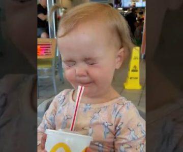La divertida reacción de una niña al tomar por primera vez bebida cola