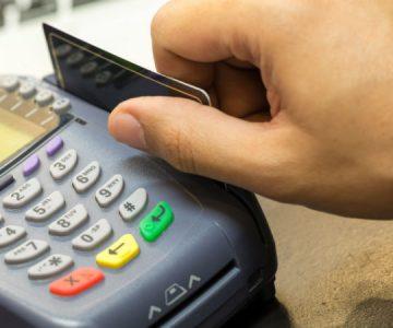 Una mujer dejó por error una propina de 7.600 dólares en un café y no le quieren devolver el dinero