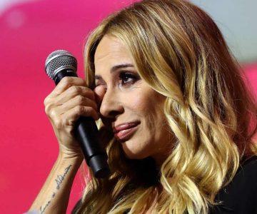 Marta Sánchez salió arrancando del escenario tras lluvia de huevos por parte del público