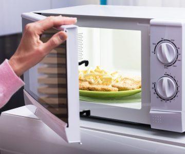 El error que muchos cometen con la puerta del microondas después de usuarlo