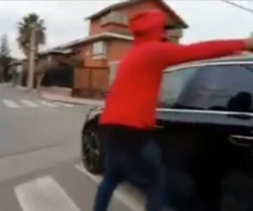 Filmó su propio robo: Se llevaron su auto nuevo mientras lo grababa para mostrarlo en Internet