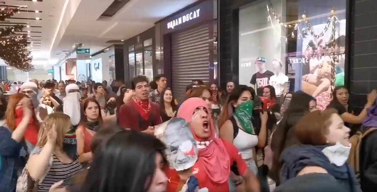 Decenas de manifestantes ingresaron al Parque Arauco